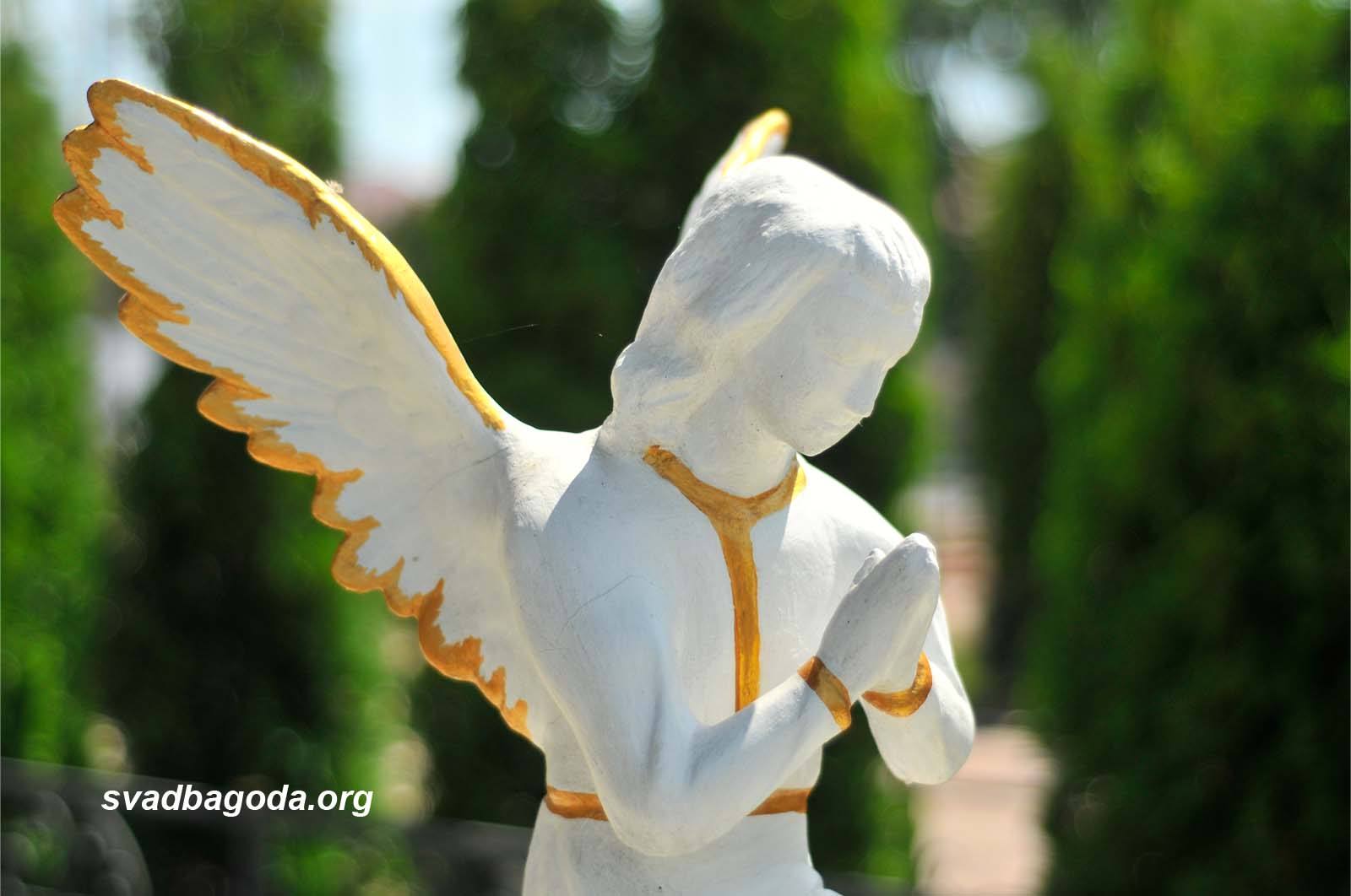 Скульптура ангела возле церкви