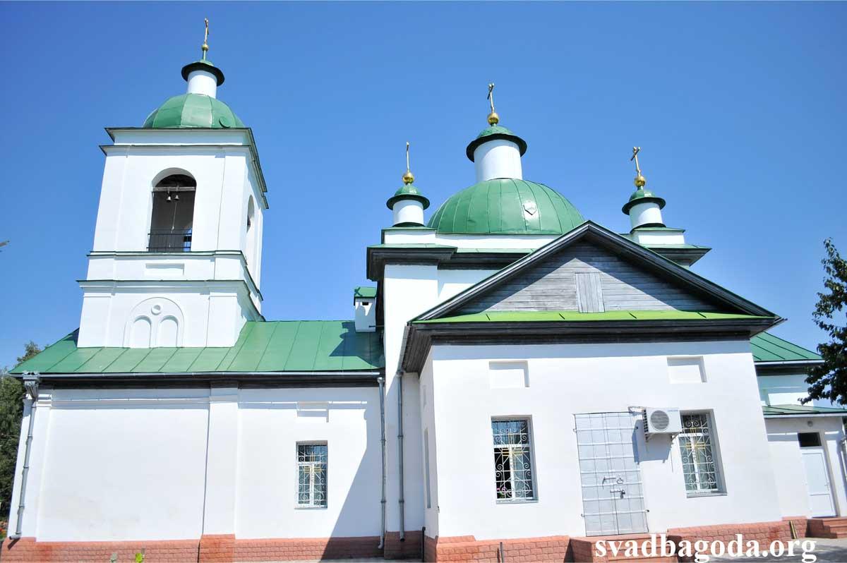 белая церковь с зелеными куполами