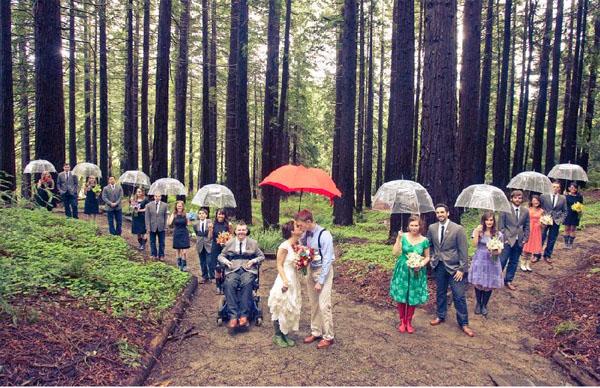 фото свадьбы в лесу под дождем