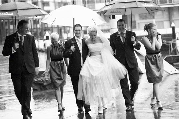 смелая свадьба во время дождя