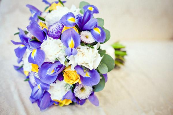свадебный букет невеста с уветками Ириса