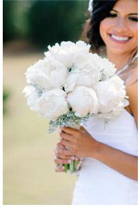 svadebniy-buket-iz-belih-molodih-roz-i-pionovidnih-orhidey-roz