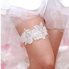 На какую ногу одевать подвязку невесте и зачем она?