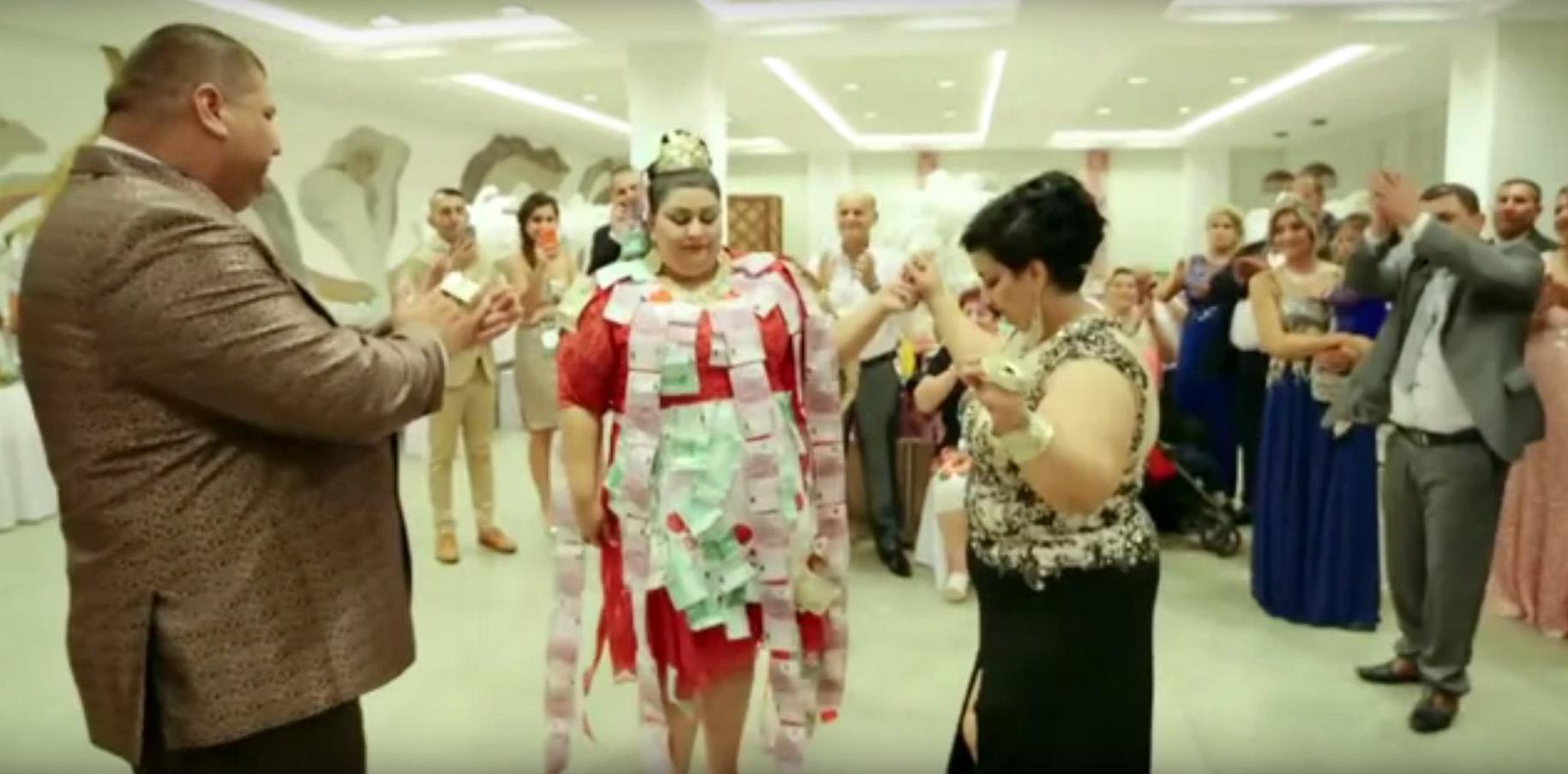 Цыганская свадьба - лента из денег