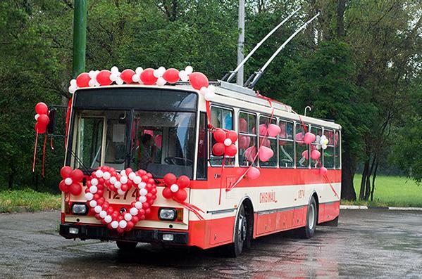 красный свадебный троллейбус