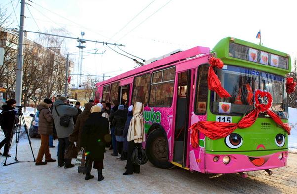 гости в свадебном троллейбусе
