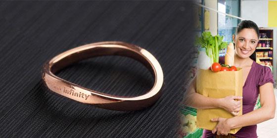 обручальное кольцо в пакете с продуктами