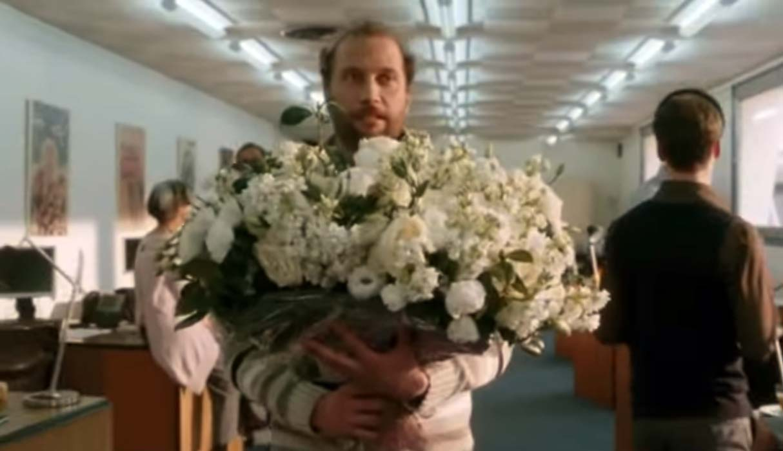 мужчина с большим букетом роз