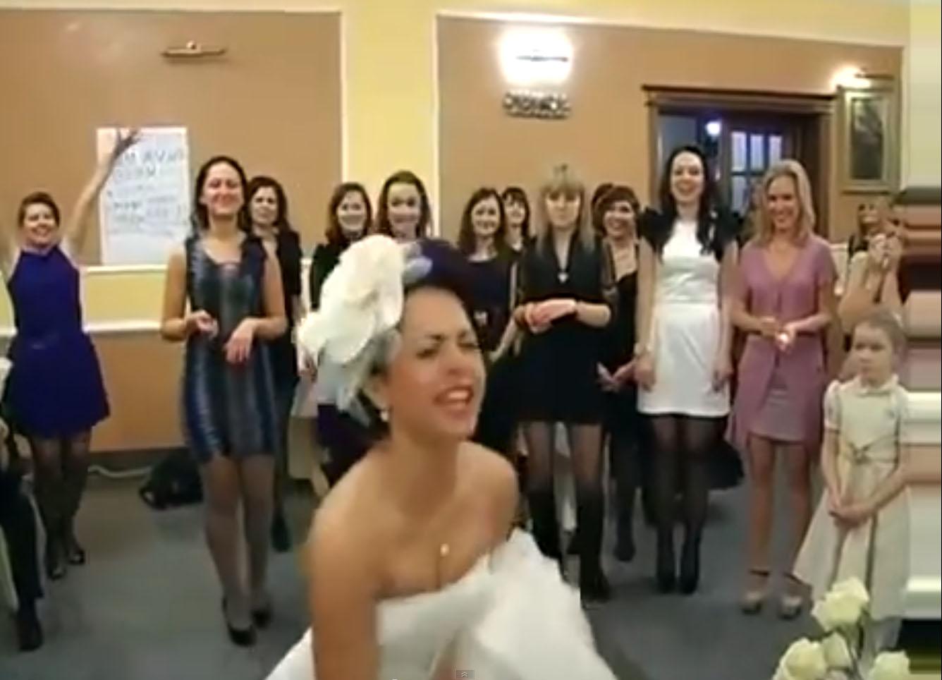 невеста бросает букет на своей свадьбе