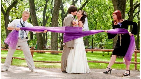 Свидетели на свадьбе активно помогают