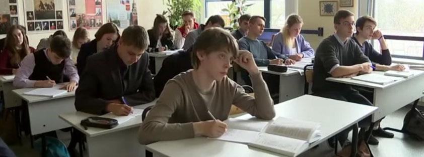 школьники за партами на уроке