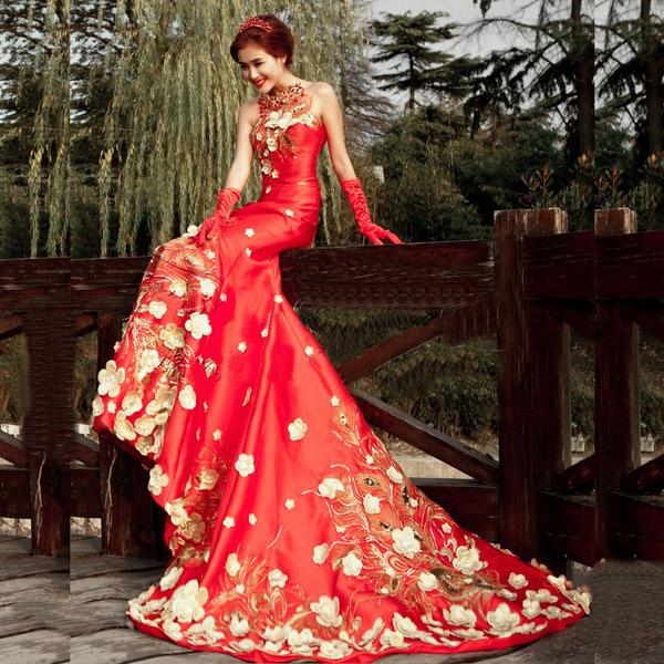 Китайская невеста в традиционном свадебном платье