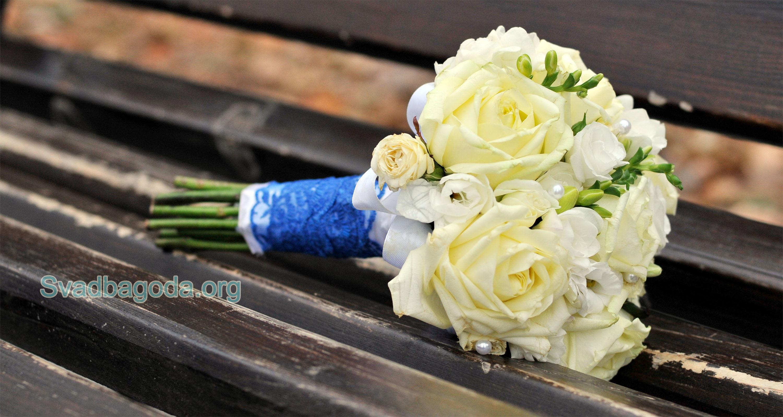 букет невесты с синим декором