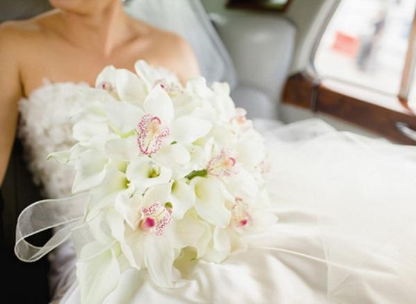 белые орхидеи в свадебном букете невесты