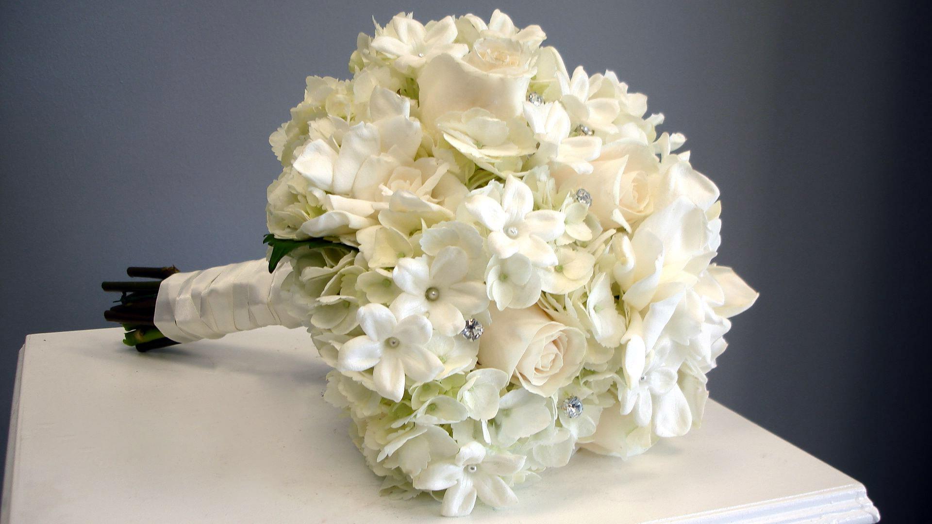 свадебный букет нвеесты из гортензий белого цвета