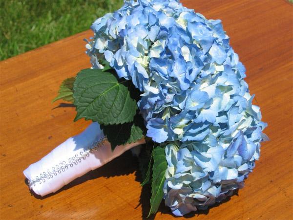 синии гортензии в букете невесты