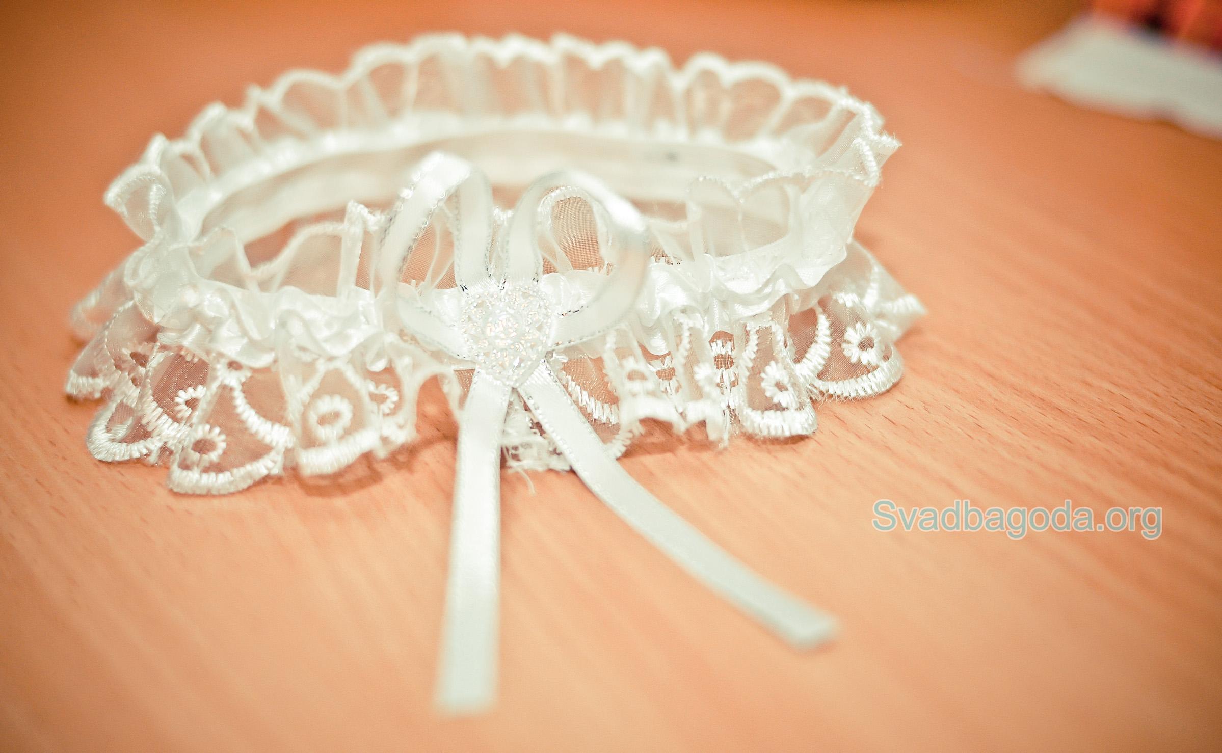 белая свадебная подвязка