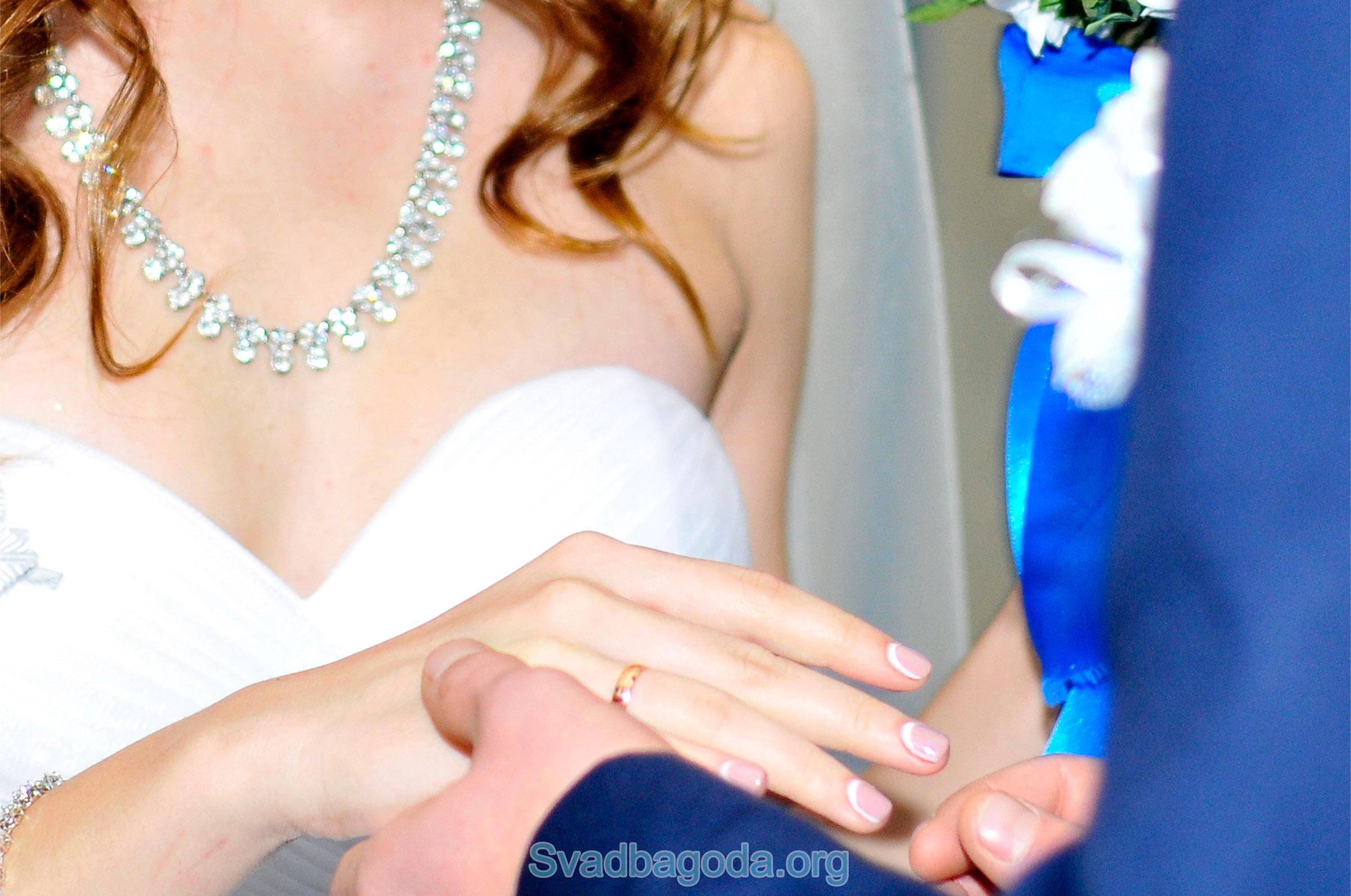 через сколько играют свадьбу после помолвки